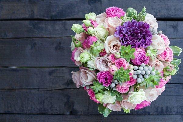 Невероятный букет из роз, эустом, суккулентов с цветной капустой!