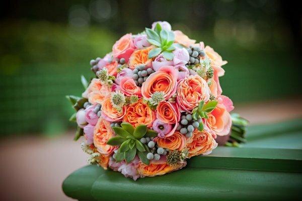 В обрамлении суккулентов разных сортов пионовидные розы выглядят еще красивее