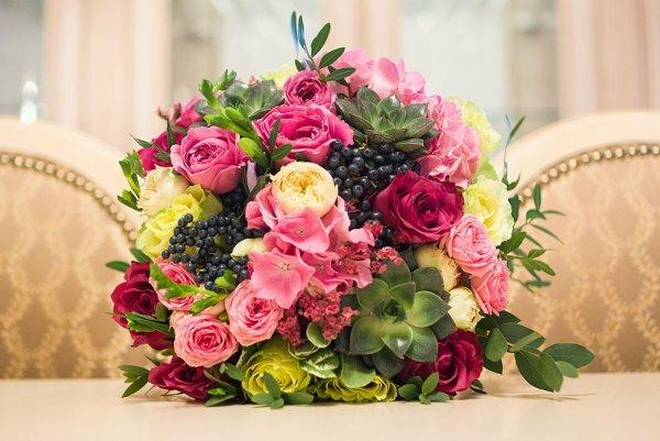 Веточки калины и гортензии придают композиции на основе роз сказочный вид