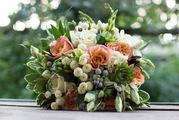 Розы, эустом, фрезий, хризантемы и суккуленты