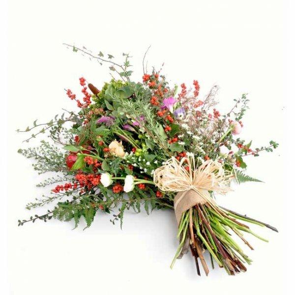 Такой букет из полевых цветков и зелени выглядит стильно и оригинально благодаря удачно подобранной колористике