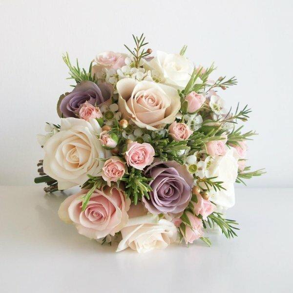 Нежный букет из шелковых роз выглядит как настоящий