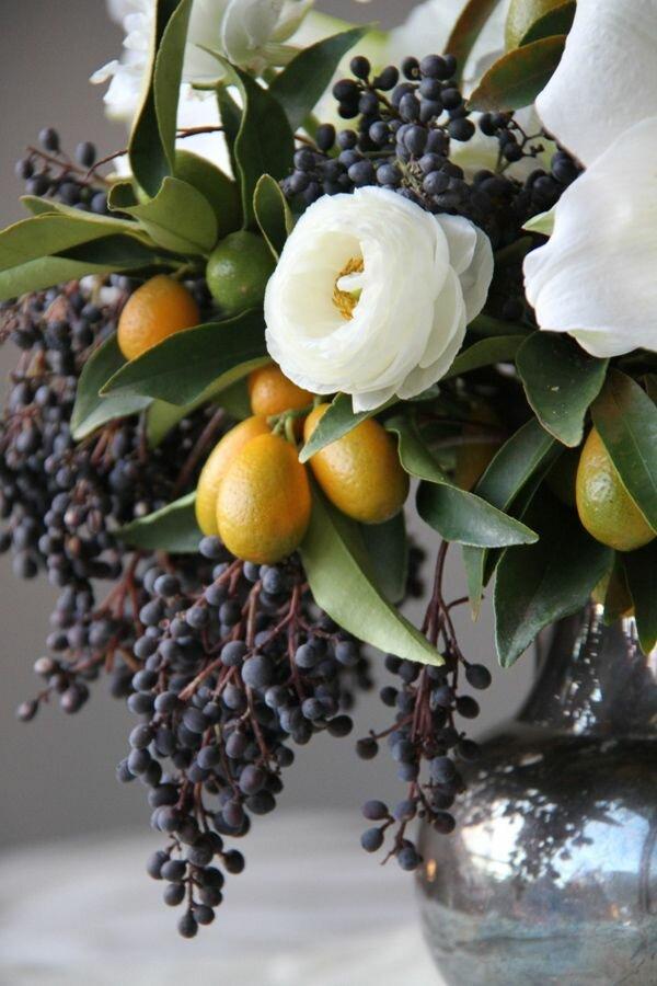 Используйте не только цветы, но и такие оригинальные элементы, как ветви плодовых деревьев и ягод
