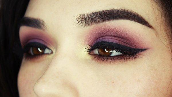 Фиолетовый прекрасно сочетается с карим цветом глаз