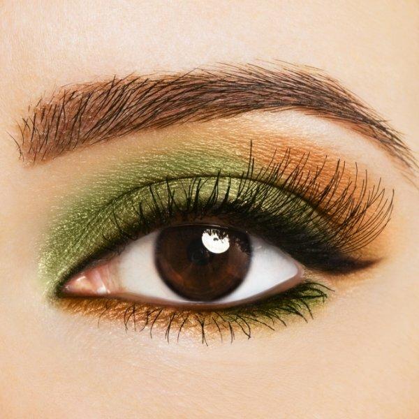 Для особых случаев используйте в вечернем макияже для карих глаз смелые цвета
