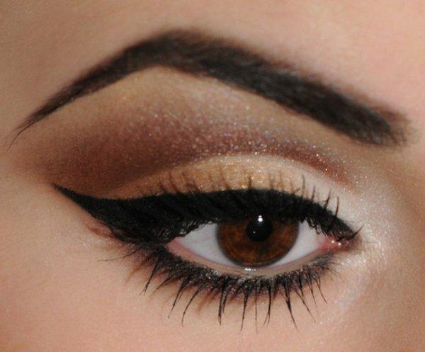 Фото простого, но эффектного вечернего макияжа для карих глаз. Золото и стрелки ‒ идеальный выбор