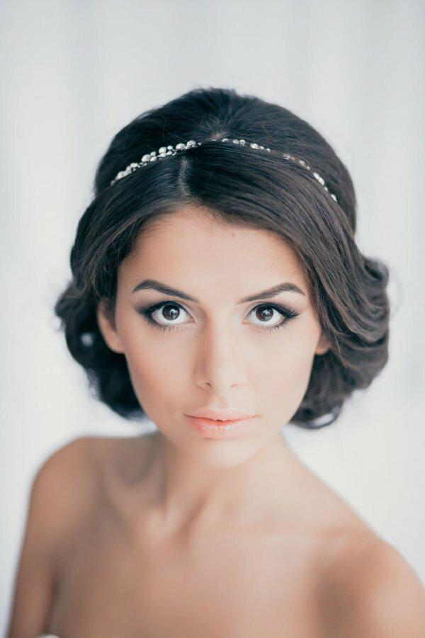 На фото классический вариант «дымчатого» свадебного макияжа, который подходит всем брюнеткам