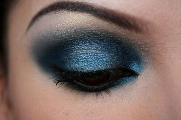 Если не боитесь экспериментировать, то выбирайте голубые тона, как на фото