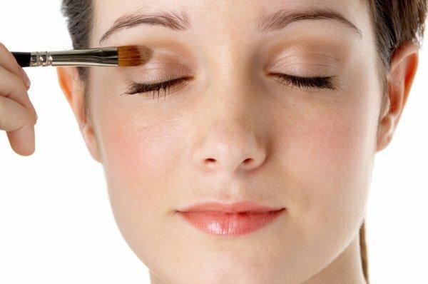 Для модного нюд-макияжа достаточно двух оттенков бежевого