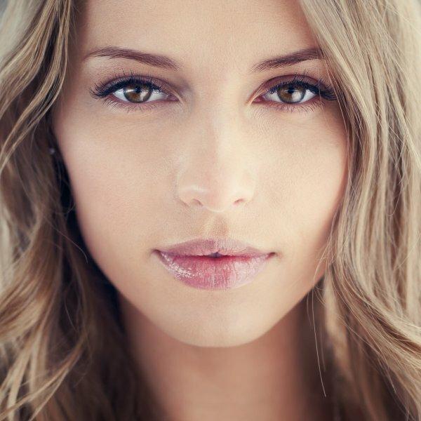 Нежные розовые тени и коричневая тушь – повседневный вариант для блондинок