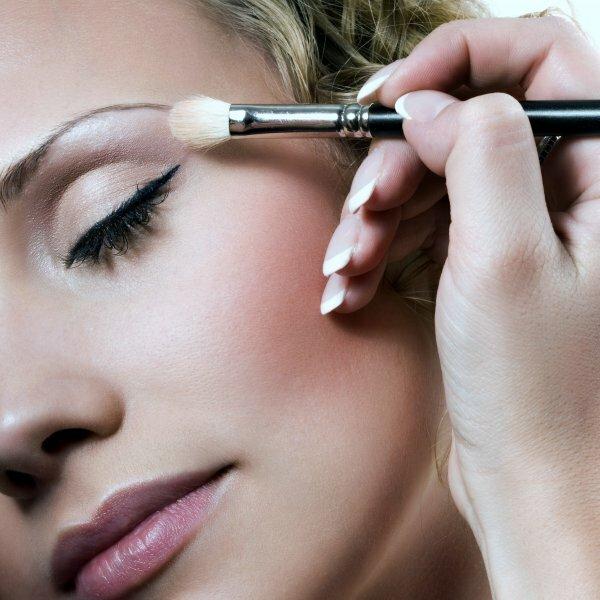 В качестве основы для идеального макияжа для карих глаз подойдут любые светлые тени