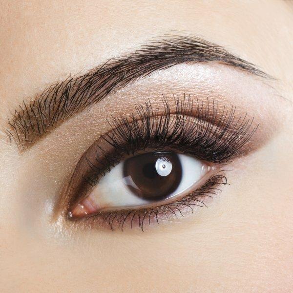 Для дневного макияжа для карих глаз, как на фото, достаточно коричневых теней и мягкого лайнера