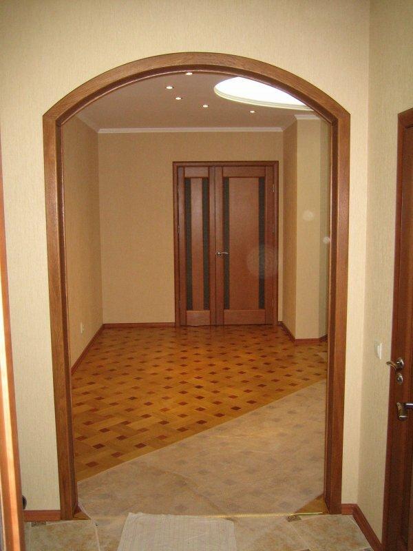 Простые арки из недорогих пород дерева – хороший вариант для современной квартиры