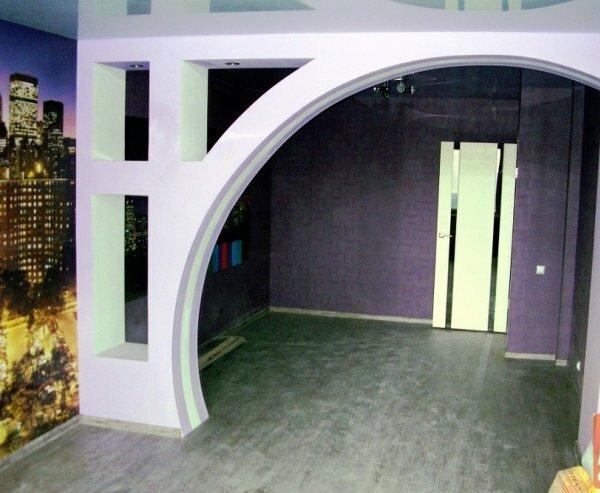 Фото большой межкомнатной арки с нишами-полками