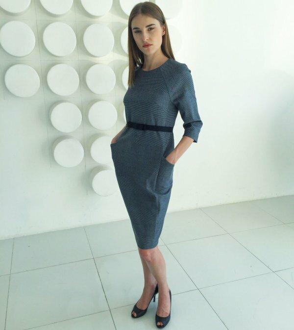 На фото демократичный вариант модной классики, дополненный карманами и пояском на талии