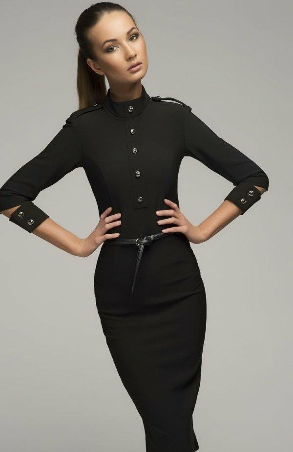 Приталенный силуэт делает это платье уместным не только в офисе, но и на свидании