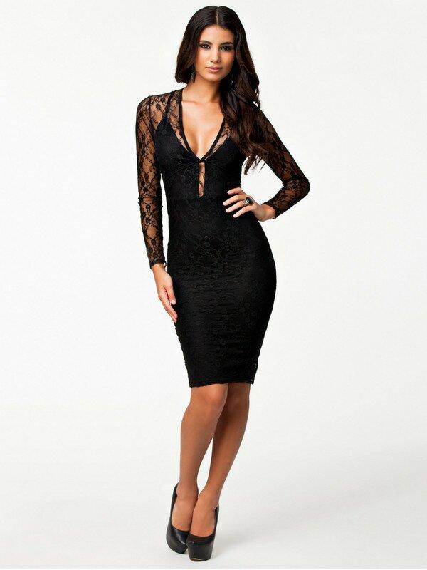Кружевные вставки на плечах делают строгое платье отличным вечерним вариантом