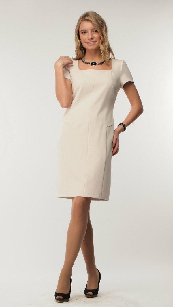 Белое платье со строгим кроем подойдет и для коктейля, и для офиса