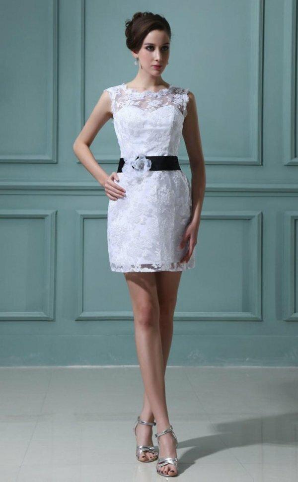 Классический крой с помощью кружев и пояса превращает обычное платье в роскошный свадебный наряд