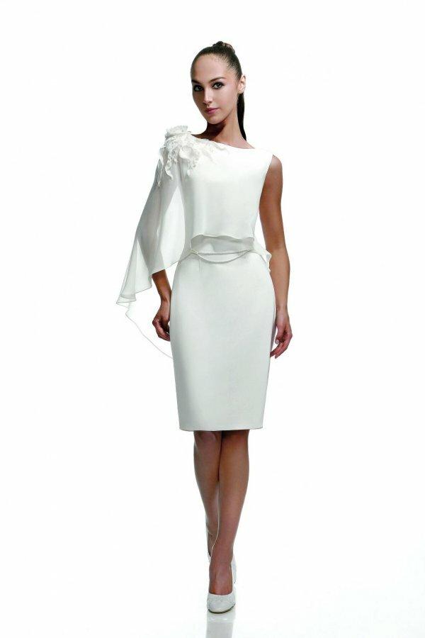 Оригинальное платье с ассиметричными рукавами и графичным силуэтом