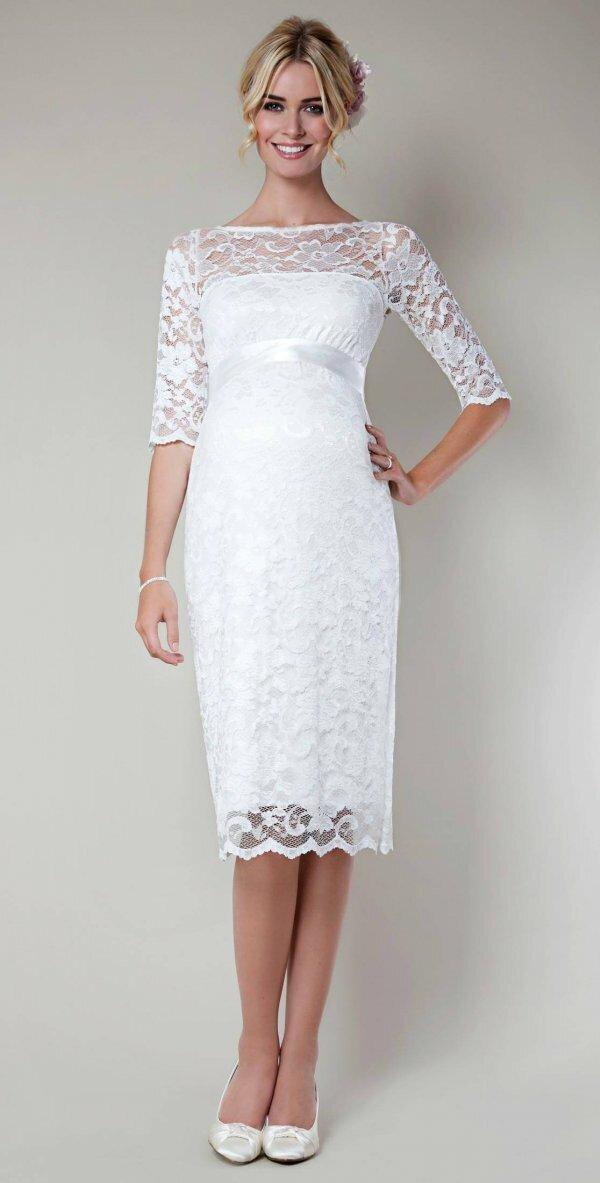 Гипюр и кружева всегда уместны на свадебном платье