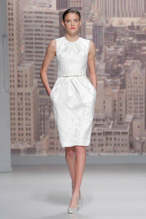 Для современных девушек дизайнеры предлагают предельно простые и стильные фасоны