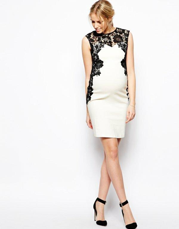 Фото классического кроя платья-футляра, дополненного нежным кружевом