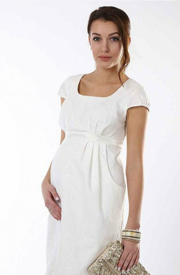 Простое и лаконичное белое платье можно дополнить яркими аксессуарами