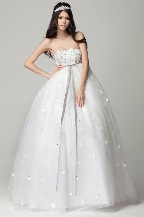Фото нежного платья с высокой талией, подчеркнутой лентой