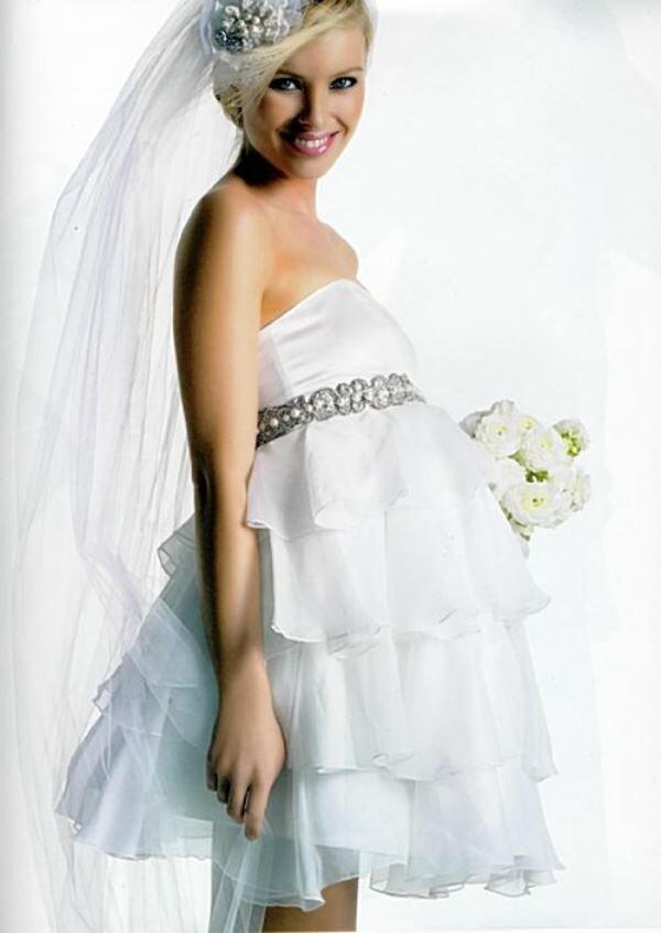Свадебное платье невесты может быть и пышным, и коротким, как на этом фото