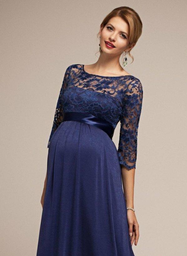 Фото вечернего летящего темно-синего платья с поясом под грудь. Это универсальный фасон для беременных