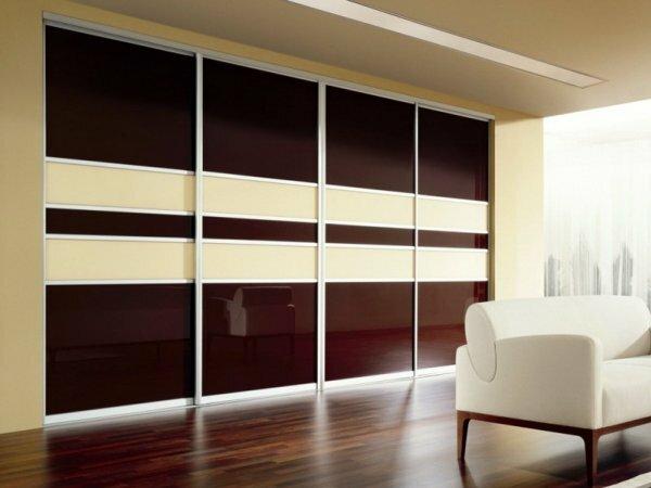 Пример встроенной конструкции в комнате, от стены до стены