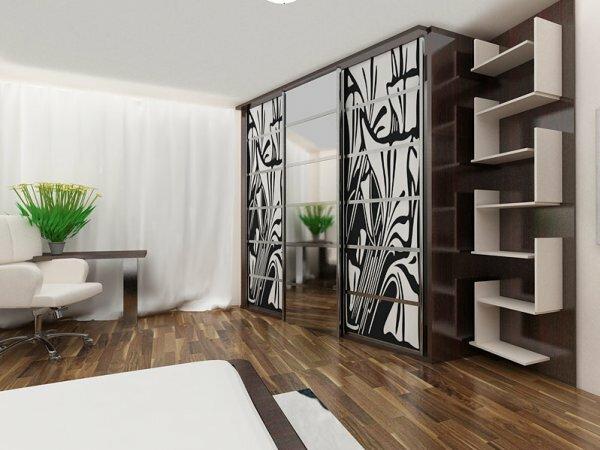 Встроенный трехстворчатый шкаф для большой комнаты