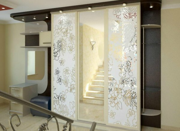 Орнамент на фасаде акцентирует внимание на зеркале, скрывая размеры шкафа