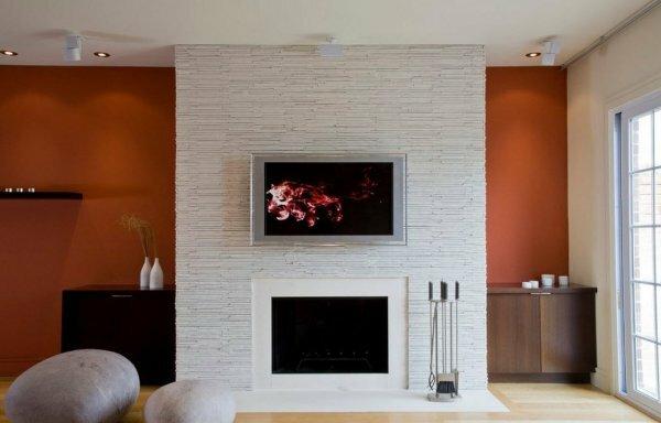 Встроенный камин в интерьере гостиной