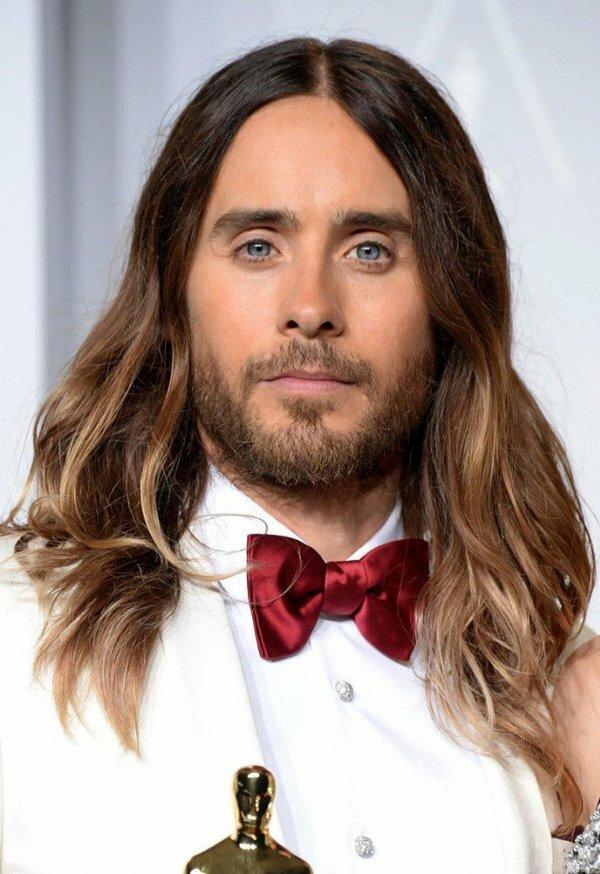 Некоторым мужчинам ничего не нужно делать с красивыми длинными волосами, они просто хороши