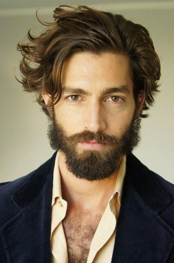 Средние волосы с густой макушкой хорошо сочетаются с бородой, как на фото