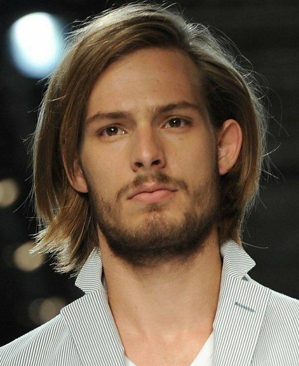 Если пробор в модельной стрижке сместить немного в сторону, как на фото, прическа на средних волосах моментально меняется