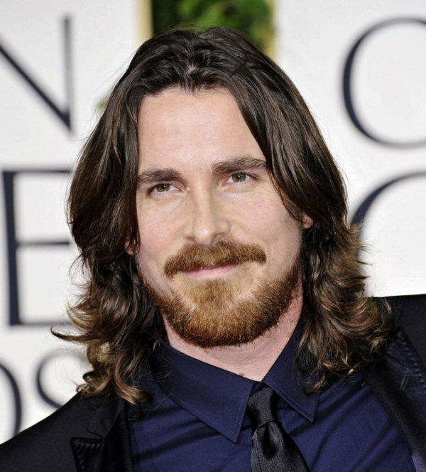 Мужчинам со средними волосами также идут легкие красивые завитки на концах