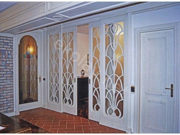 Белые раздвижные межкомнатные двери из дерева