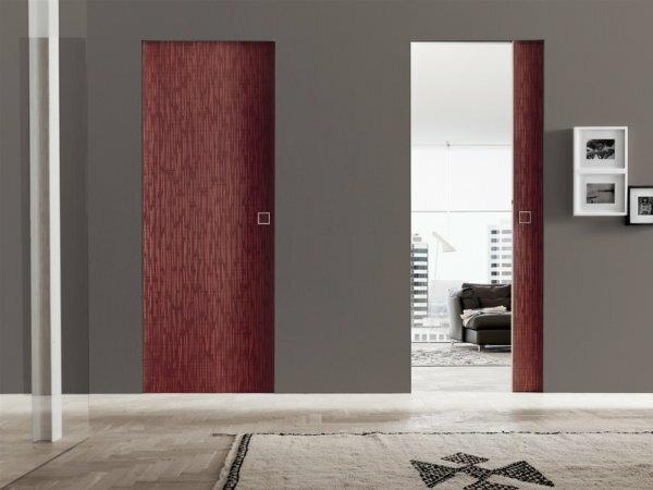 На фото максимально удобный вариант – одностворчатые двери, въезжающие в нишу