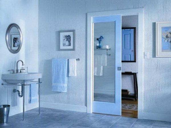 Необычное исполнение одностворчатой двери: с внешней стороны она глухая, с внутренней – зеркальная