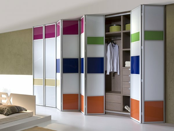 Встроенный в интерьер шкаф с дверью гармошка