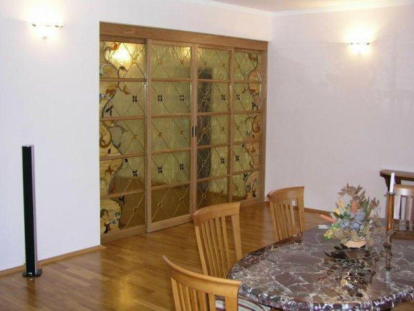 Необычная идея дверной конструкции с орнаментом