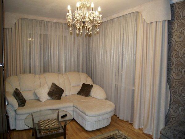 Воздушные белые шторы добавляют комнате света и простора