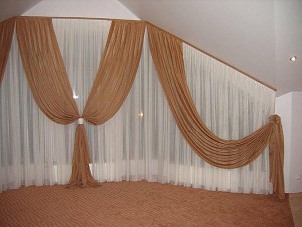 Интересное решение дизайна мансардных окон в гостиной