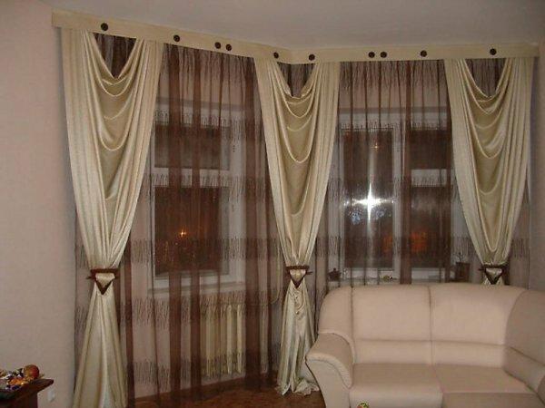 Пример соответствия по стилю основных компонентов гостиной – штор и мебели