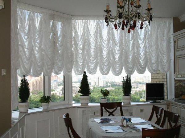 Французский вариант на эркерных окнах, как дополнение романтичного дизайна интерьера