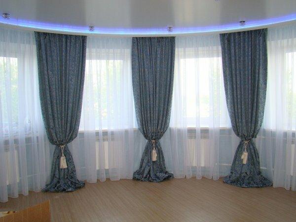 Фото зала с эркерными окнами, стильно украшенными шторами с мелким рисунком