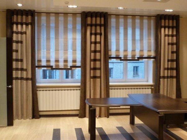 Современный городской стиль: однотонные горизонтальные и вертикальные ленты на двух видах штор